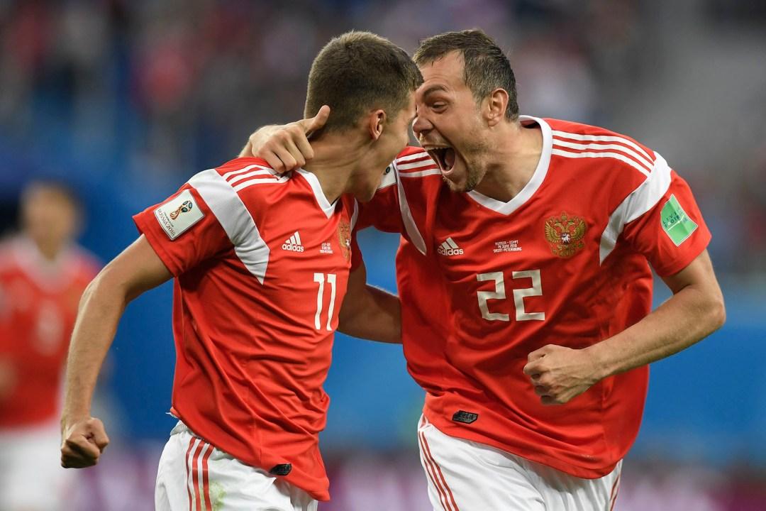 Los rusosRoman Zobnin y Artem Dzyuba no contienen la emoción durante el triunfo ante Egipto