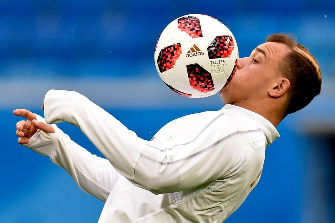 El majestuoso control del suizo Xherdan Shaqiri durante la entrada en calor en el partido con Suecia