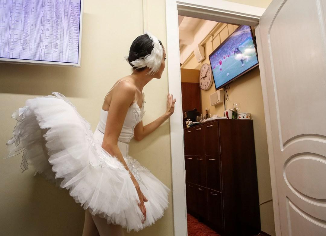 Una bailarina en el Teatro Mikhailovsky, pendiente del cruce entre Rusia y Croacia por los cuartos de final