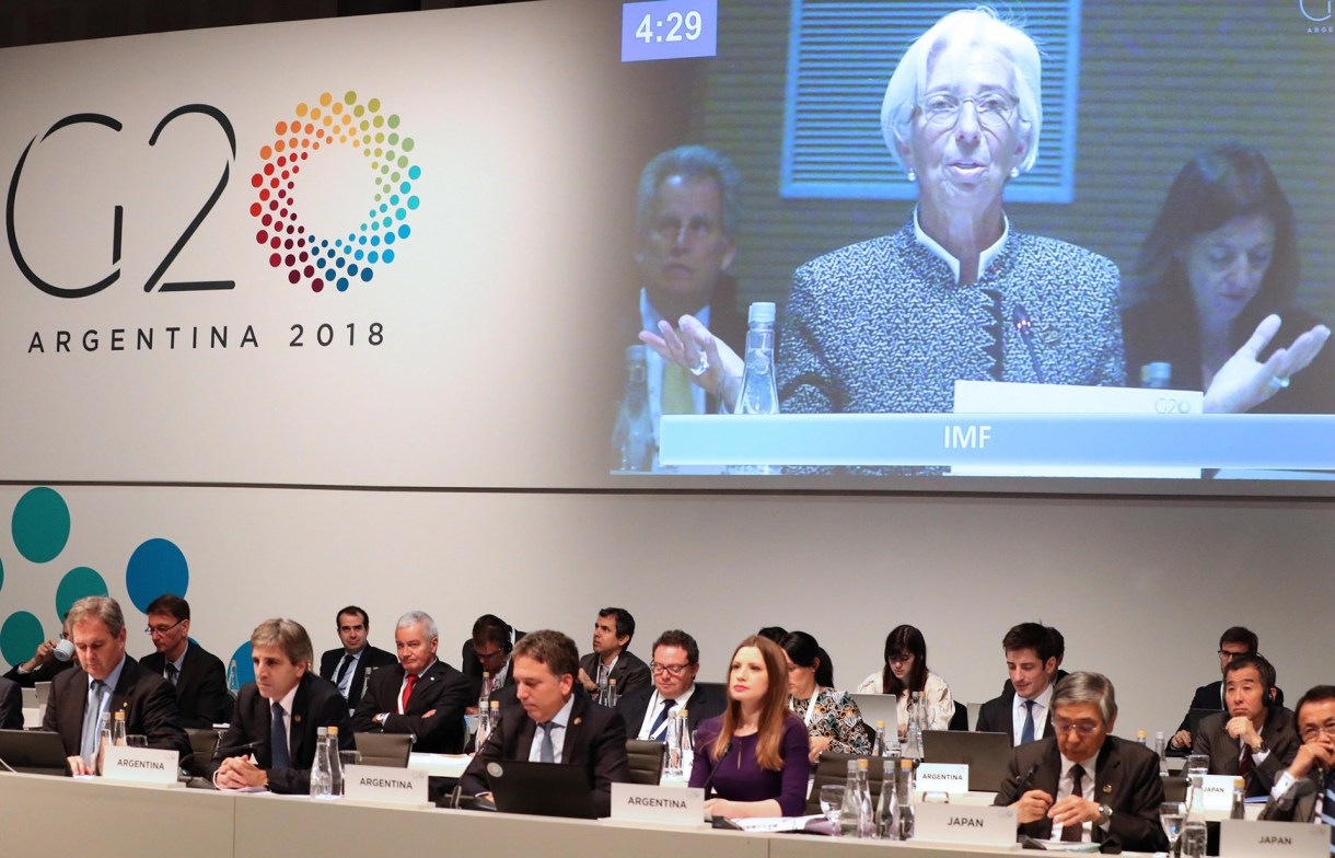 Lagarde hablando en la reuniones de julio. Luis Caputo era presidente del BCRA