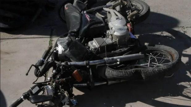 La moto donde viajaban las dos víctimas mortales del accidente
