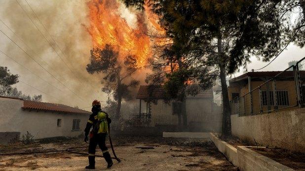 Un bombero mira la magnitud del fuego (AFP)