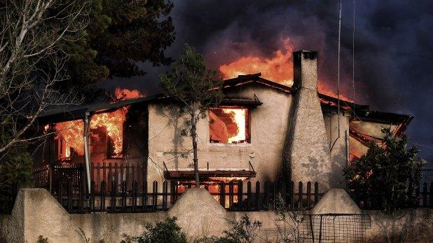 Una casa prendida fuego (AFP)