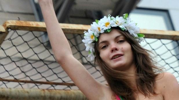 La cofundadora del movimiento feminista Femen Oksana Shachko, en 2011 en una acción en Kiev (AFP/Archivos – Sergei Supinsky)