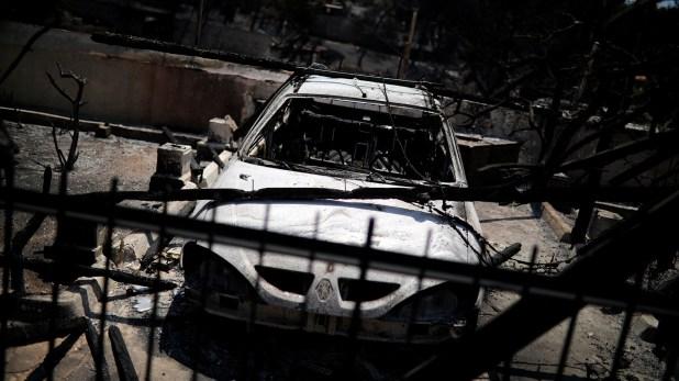Un auto destruido por el fuego (Reuters)