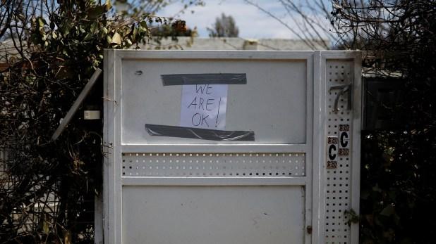 """""""Estamos bien"""", dice el cartel que colocó una familia en el frente de su casa (Reuters)"""