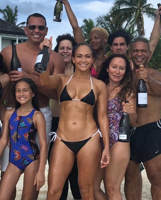 Jennifer López festejando su cumpleaños número 49 junto a su familia y amigos en las Bahamas