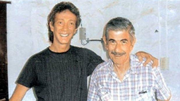 El futuro asesino de Roseo, Luis Menocchio, posa con él para la cámara