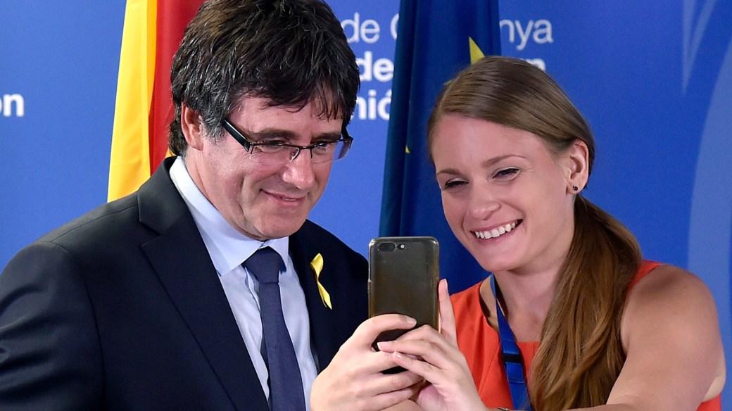 Puigdemont se toma una fotografía con una periodista (Reuters)
