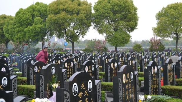 Según la tradición china, el difunto ha de viajar al más allá de la forma más intacta posible y es por ello que el enterramiento es la práctica que se considera más adecuada