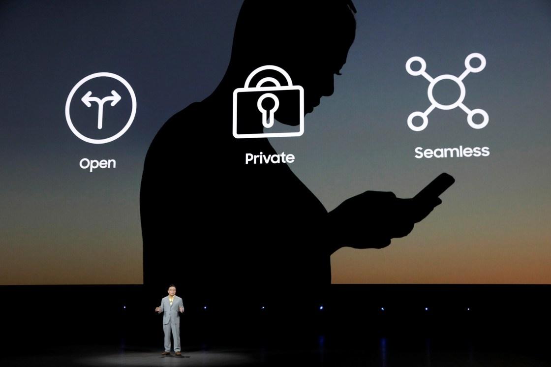 DJ Koh, CEO y presidente de la división de Comunicaciones Móviles de Samsung habla de la seguridad del equipo (REUTERS/Lucas Jackson).