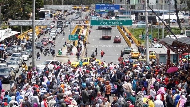 Venezolanos en la frontera entre Colombia y Ecuador. Todos los días miles de personas huyen del país petrolero (Reuters)