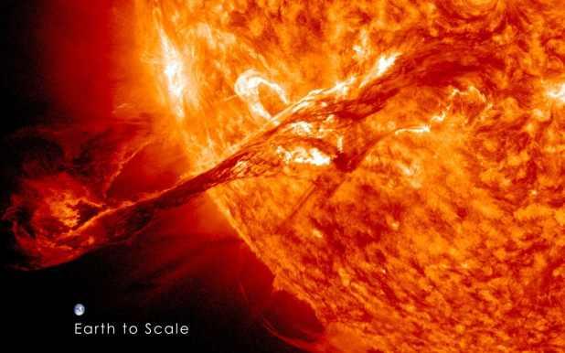 Una imagen de agosto de 2012 de un CME capturada por la nave espacial de la NASA. Nota: la Tierra no está tan cerca del sol (NASA)