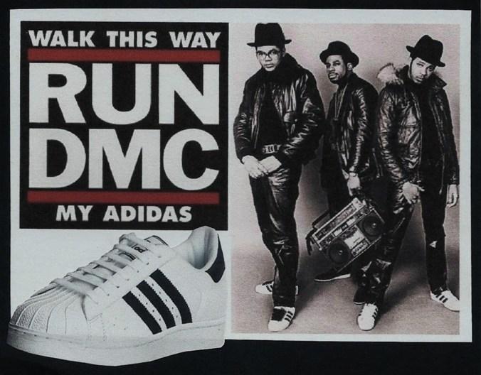 Run DMC, la primer banda exitosa de rap, popularizó, trato económico mediante, a las zapatillas de las tres tiras