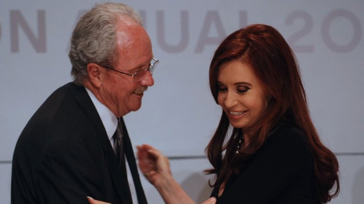 Carlos Wagner sonríe junto a Cristina Kirchner (Foto de archivo: NA)