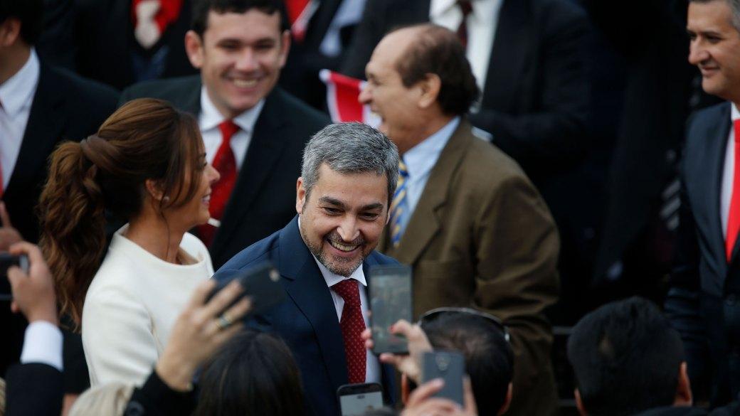 El presidente saludó a la gente antes de oficiar su discurso (AP)