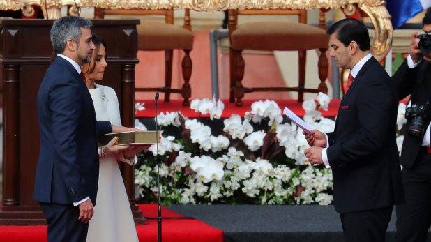 Abdo Benítez juró con su esposa al lado (Reuters)