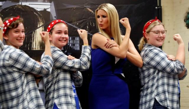 "Ivanka Trump posa con Kristina Hilko, Lauren Shovlin y Anna Nesbitt, miembros de la iniciativa ""Girls of Steel Robotics"", en la instalación de Astrobotic Technology en Pittsburgh, Pennsylvania, EEUU, el 14 de agosto de 2018. REUTERS/Jason Cohn"