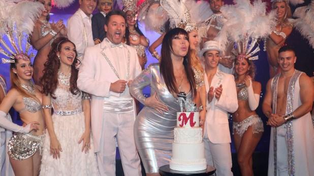 Con una torta en su honor, la diva iniciósu celebración en el Teatro Maipo