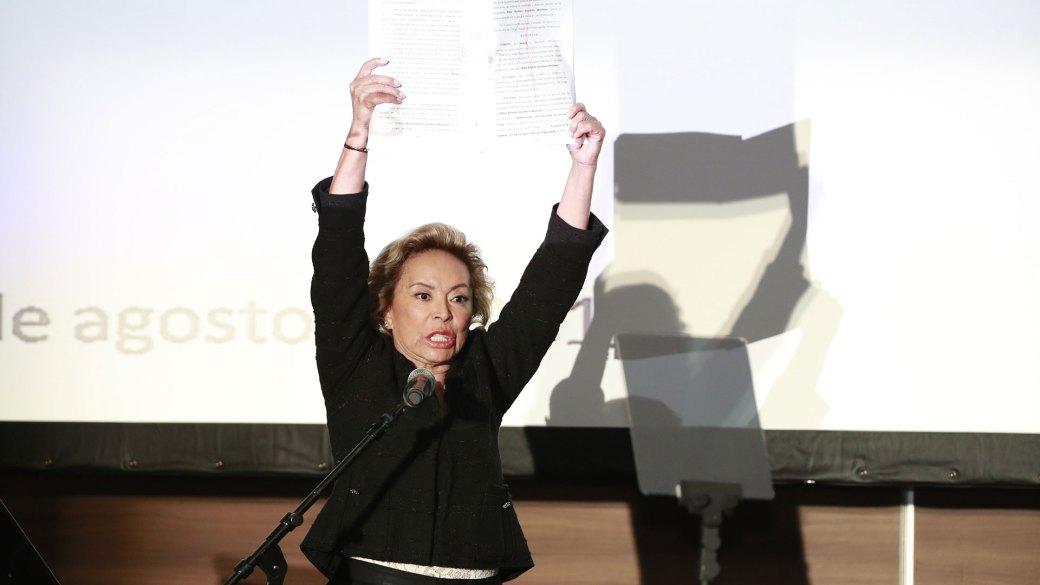 En la conferencia que ofreció, Gordillo Morales mostró el acta en la que se declara su libertad (Foto: AP)