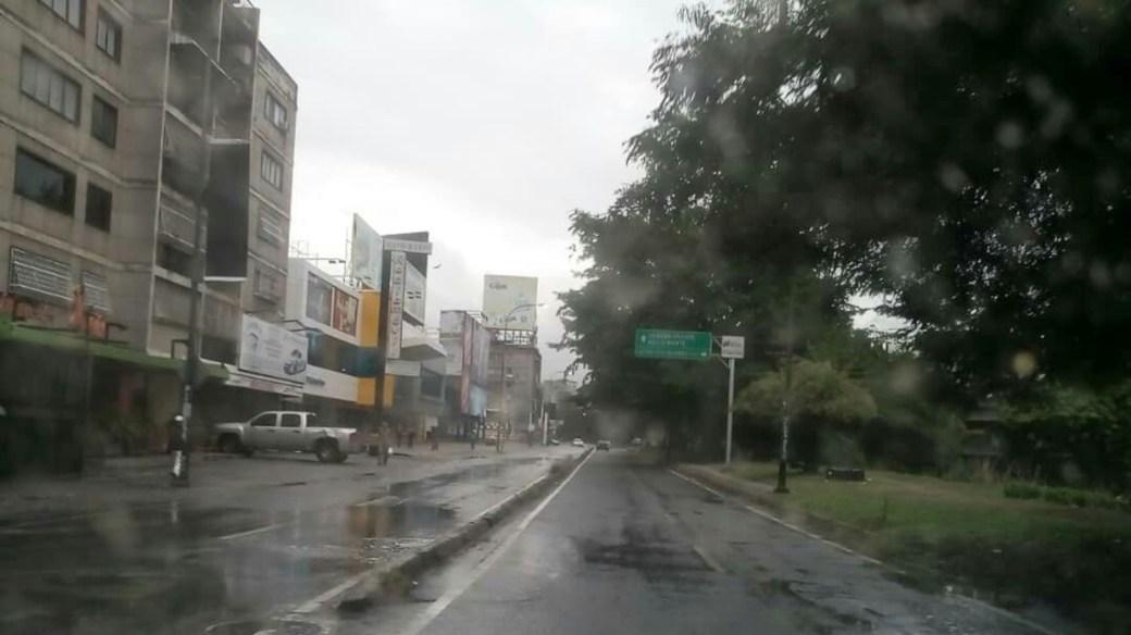 Mañana de lluvia y con poca gente en las calles de Caracas (@ReporteYa)