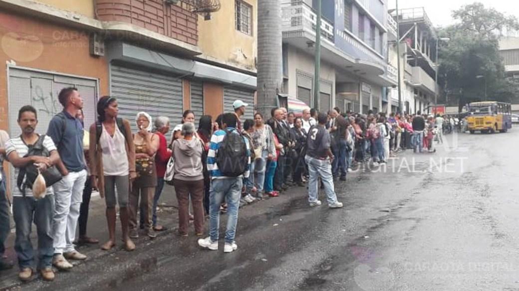 Las largas filas en Caracas son una muestra de que el transporte acató la medida (@amg9847)