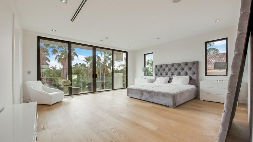 La lujosa vivienda se lozaliza en una exclusiva comunidad privada de Palm Island, en Miami Beach, de máxima seguridad donde la entrada es restringuida