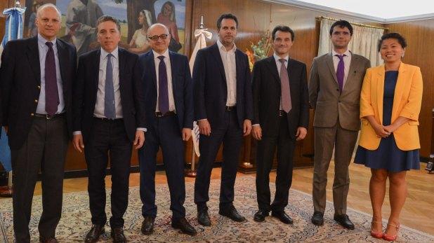 Nicolás Dujovne y Guido Sandleris con la delegación del FMI