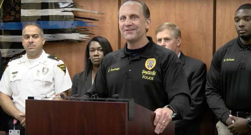 El teniente John Somerindyke del Departamento de Policía de Fayetteville en la conferencia de prensa el miércoles en Fayetteville, N.C. (YouTube / Ciudad de Fayetteville)