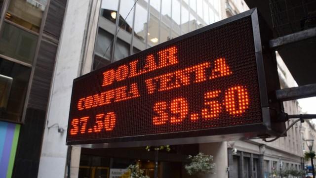 Una pizarra electrónica en la City refleja la disparada del dólar (Foto: Franco Fafasuli)