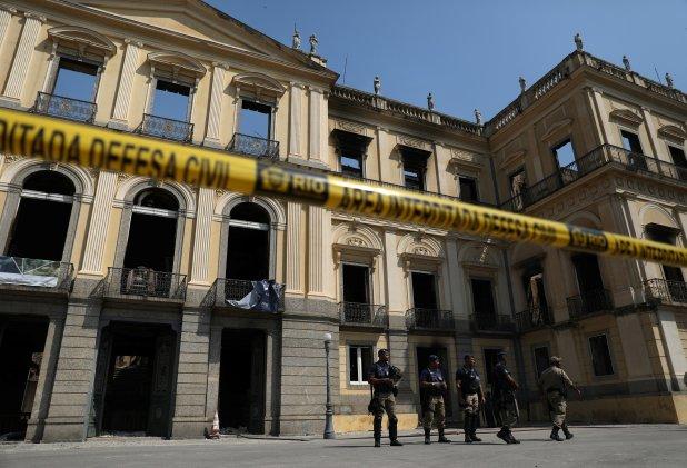 La policía cercando el museo un día después del incendio (Reuters)