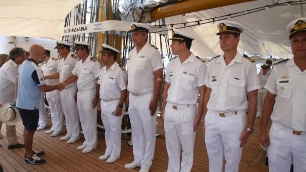 Ezequiel Sabor saludando a la tripulación con vestimenta deportiva