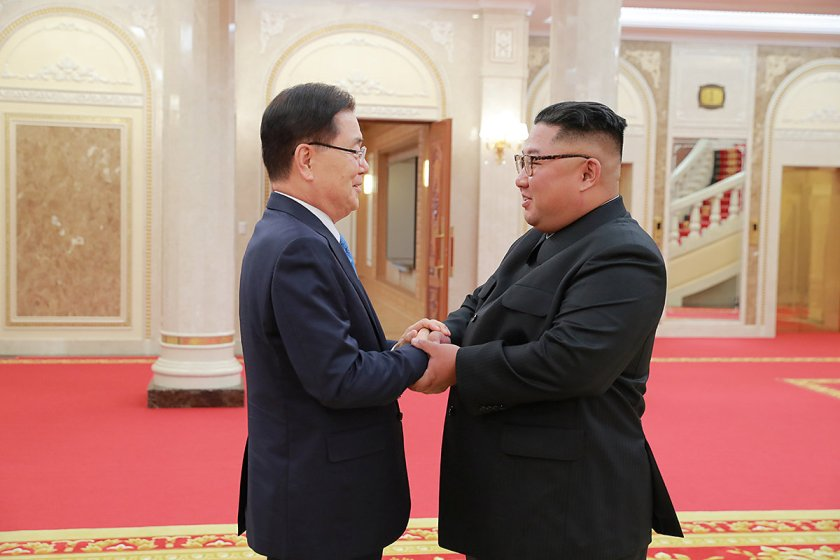 El jefe de la oficina de seguridad nacional en la Casa Azul de Corea del Sur Chung Eui-yong estrecha la mano con el dictador norcoreano Kim Jong-un en Pyongyang, (Casa Azul via REUTERS)
