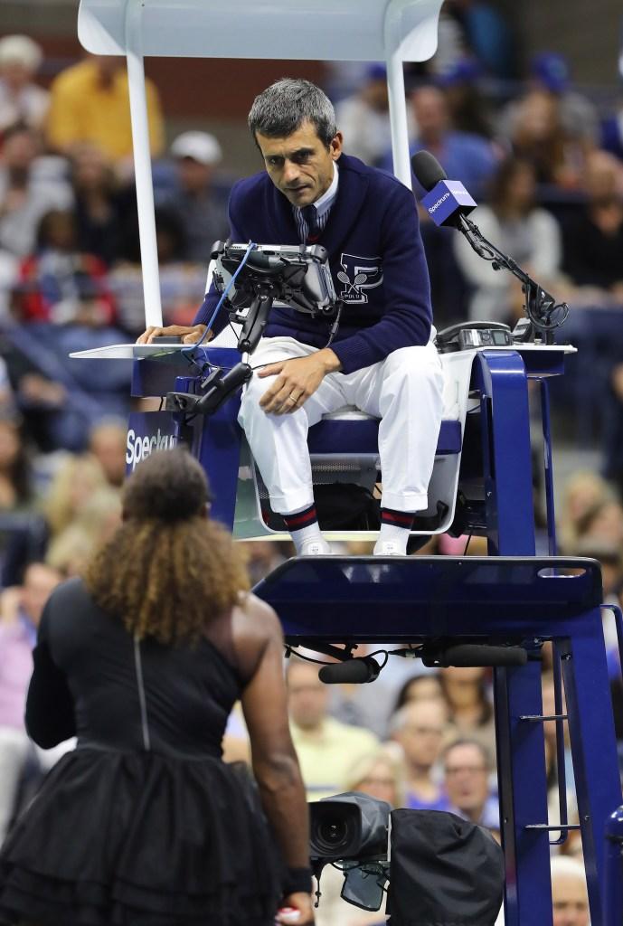 Serena Williams discutiendo con el árbitro