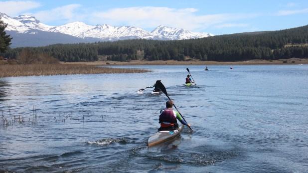 Postal de la laguna La Zeta, donde se lleva a cabo el tramo de kayak de la carrera (Secretaría de Turismo de Esquel)