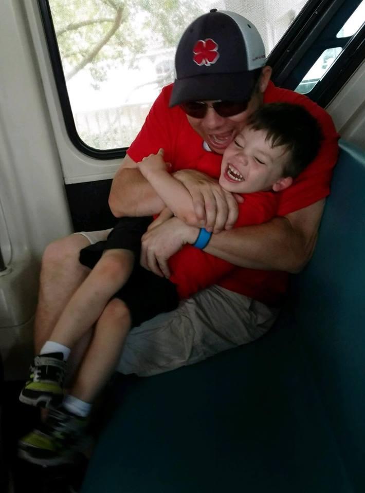 Lane Graves junto a su padre, Matt, quien luchó con el cocodrilo que devoró a su pequeño hijo sin éxito