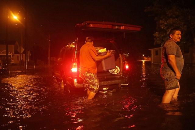 Un hombre empaca sus pertenencias después de evacuar su casa.