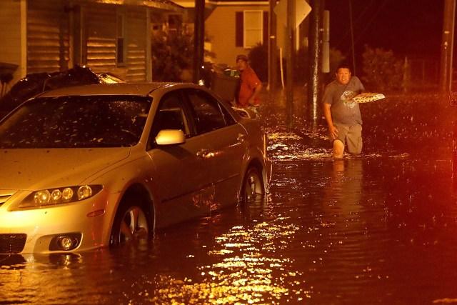 Las lluvias llegaron en gran intensidad e inundaron calles.