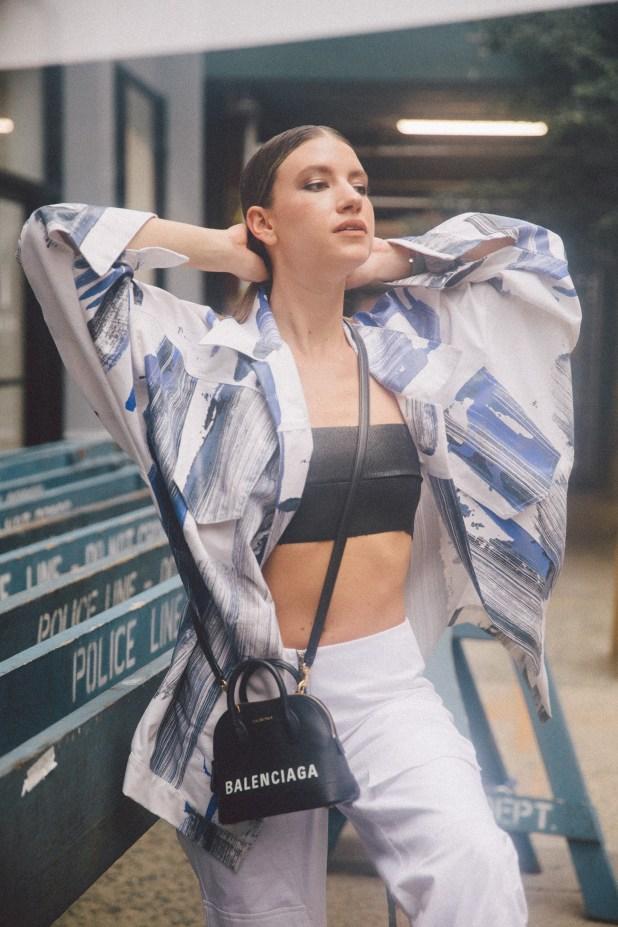 El vintage sigue siendo parte de una ola fashionista que llegó para quedarse. Volver a los guardarropas de los 90 nos inspira esta temporada. – camisa @trosman_oficial – falda @calandraoficial – minibag @louisvuitton – zapatillas @lousivuitton
