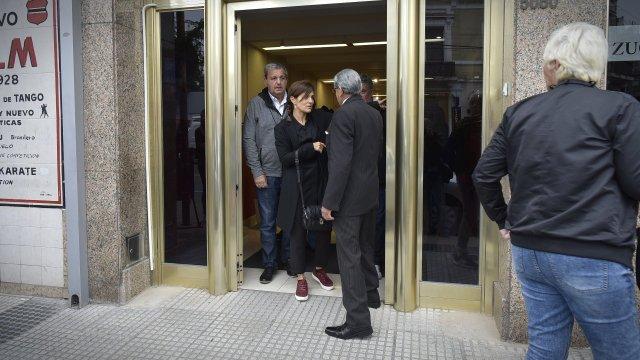 Andrea Pietra, saliendo de la casa velatoria