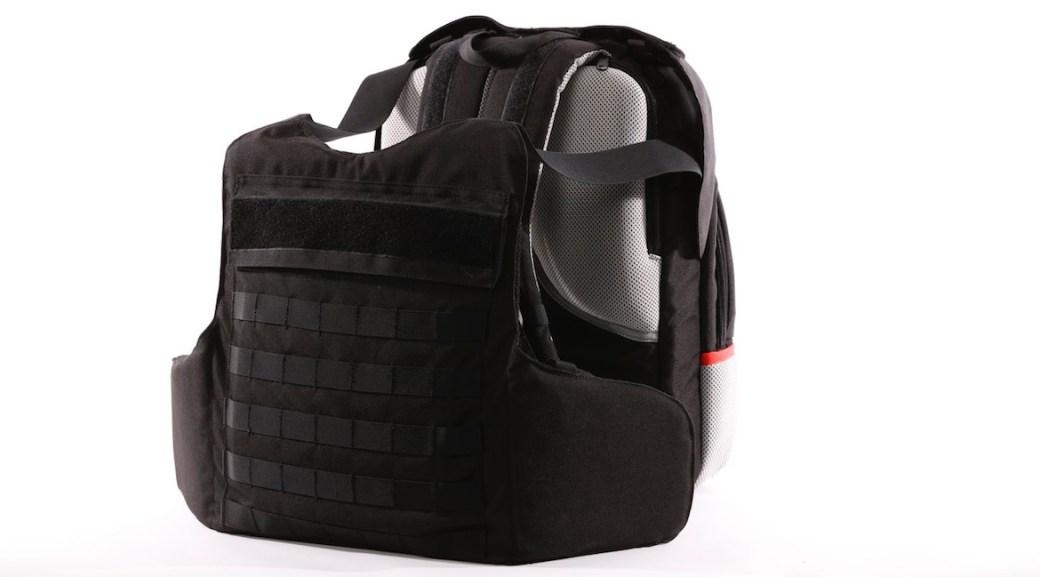 La mochila se convierte en chaleco antibalas en solo dos segundos