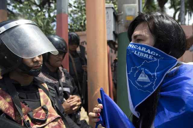 """Una mujer se enfrenta a la Policía en una marcha denominada """"Juntos somos patria"""" en Managua (Nicaragua), para protestar contra el gobierno del presidente Daniel Ortega. (EFE/Jorge Torres)"""
