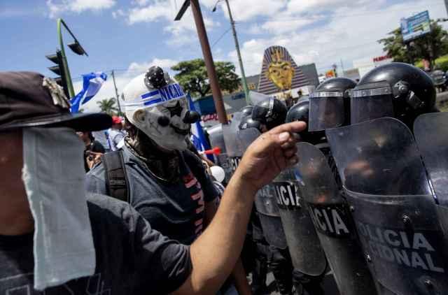 """Manifestantes se enfrentan con la Policía en una marcha denominada """"Juntos somos patria"""" en Managua (Nicaragua), para protestar contra el gobierno del presidente Daniel Ortega. (EFE/Jorge Torres)"""