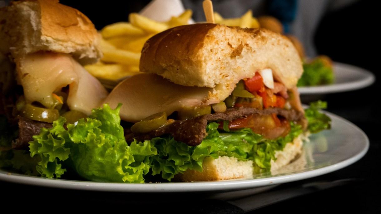 Chivito, la comida rápida típica de Uruguay. Servida en pan o al plato hay varios restós que lo cocinan