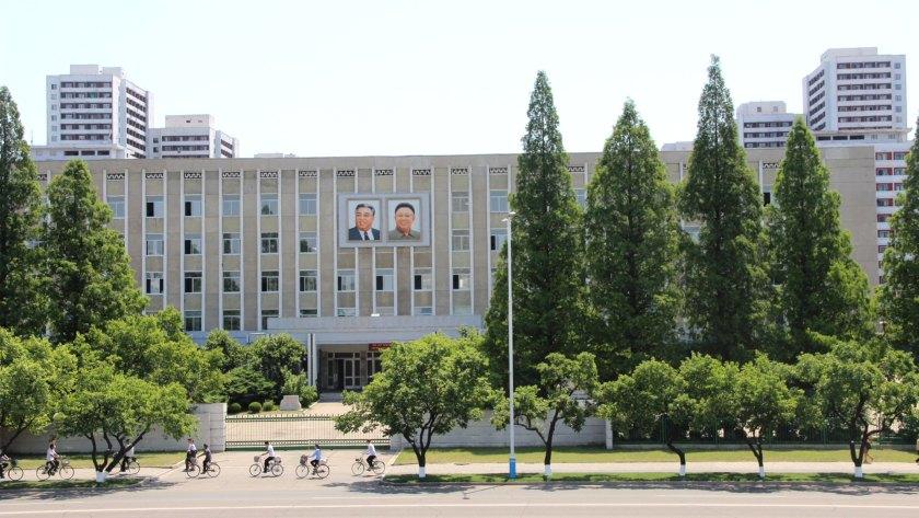 Retratos de Kim Il Sung (izq.) y Kim Jong Il (der.) en un edificio público de Pyongyang (Foto: Florencia Grieco – @flowergrieco)