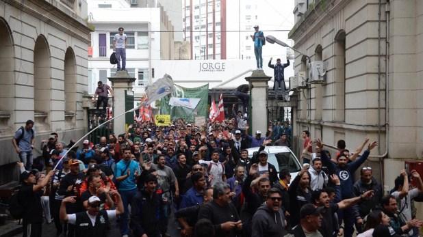Protesta de los trabajadores del Astillero Río Santiago en el ministerio de Hacienda bonaerense.