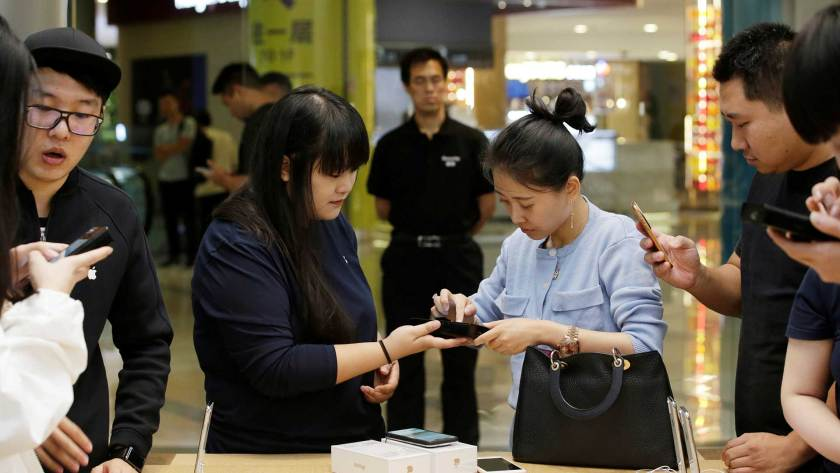 China es el tercer mercado en importancia para Apple,que sufrió allí una desaceleración en las ventas de su smartphone. (Reuters)