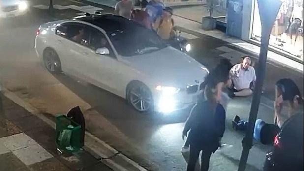 El BMW, con la pareja en el suelo luego de ser atropellada