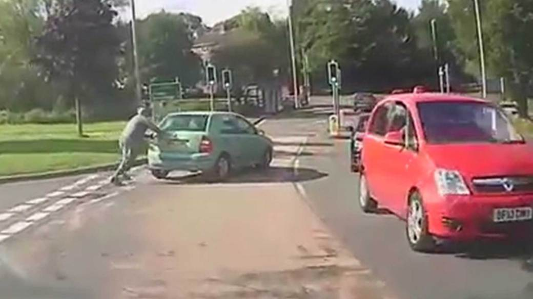 El hombre empujó su auto para que arranque