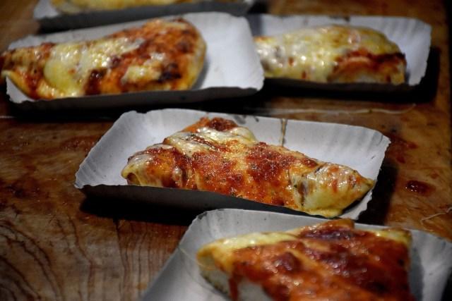 La pizza en porciones por su propia naturaleza invita a la reunión y al encuentro: cada porción es para un comensal e implica compartir (Nicolás Stulberg)